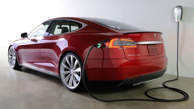 elektro-auto-aufladevorgang-tesla.jpg